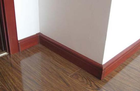 地面地板砖或者是木地板和墙面结合的不是很好,要依靠踢脚线达到平整