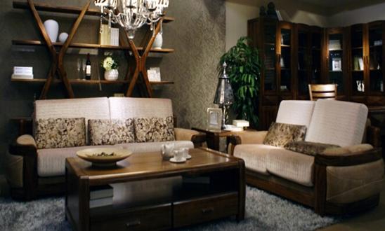 乌金木家具的保养: 1、乌金木家具保养方法之一就是要保持空气湿度。不要过冷或过热,不然乌金木家具会容易出现一圈圈的缝隙,影响乌金木家具的使用效果。 2、对于乌金木家具保养问题,要定期清理乌金木家具上的尘埃,保持清洁,以免让灰尘进驻家具,从而影响家具的寿命。 3、有条件的话定期到家具维修店进行乌金木家具的基本保养。 乌金木家具保养主要在于是空气湿度的变化,好一点的家具在设计的时候都留有一个伸缩的缝隙,比如桌面最明显,应该有一圈缝隙,一般在春、冬季节室 内空气干燥的时候,缝隙就会变大,反之湿度大的时候缝隙就