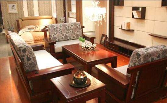 现在市场上由海棠木制成的家具很多,比如沙发,床,书柜等等 .