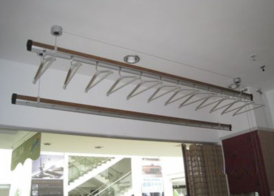 升降晾衣架的結構: 陽臺升降晾衣架主要分為手動和自動兩種,它的結構并不復雜,主要有晾桿、鋼絲繩、手搖器(控制器)、轉向器、頂座五個部分,有些升降晾衣架還會配套衣架。 晾桿:通常是配兩條晾桿,材料以鋁管為主,因為鋁 表面可做多種表面處理(陽極氧化、噴砂、霧銀),使其顯得漂亮并有裝飾作用。