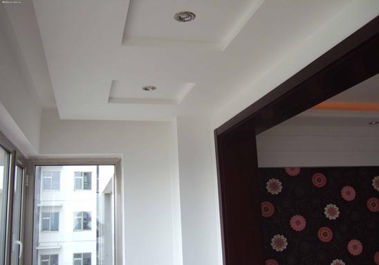 阳台需要吊顶吗? 通常在家居空间之中,因阳台空间面积较小,在很多的时候家装设计建议,最好不安装吊顶,较小空间过分的装饰不仅在浪费其装饰材料,还可以造成视觉上的心理负担。当然了,如果装修设计得当,阳台吊顶不仅不会压抑,还能给阳台增添不少的色彩。 阳台吊顶装修要点 1、重视阳台遮阳 防止夏季强烈阳光的照射,可以采用较为坚实的纺织品做成遮阳篷,不仅具有装饰作用,同时还可以遮挡风雨。 2、排水要顺畅 未封闭的阳台,暴雨来袭将会大量进水,所以地面装修时则需要考虑排水问题,水平倾斜度以保证水流入排水孔,避免让水对着