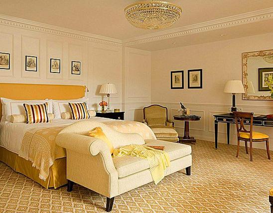 地毯是居室最常用的地面装饰材料之一,地毯不仅可以带来舒适的脚感,而且还能起到吸音降噪的效果。老年人腿脚不方便,容易发生跌倒等突发情况,所以更应该在老年人卧室中使用地毯。那么老年人卧室地毯有哪些注意事项呢?下面装修之家网小编将为大家带来老年人卧室地毯的相关注意事项,希望能够望大家提供到帮助。
