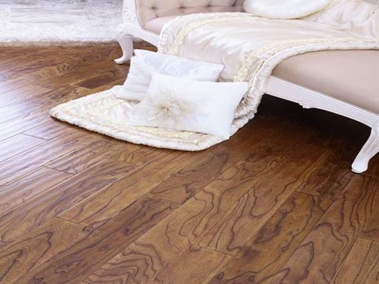 什么是榆木地板? 榆木地板,顾名思义,就是采用榆木加工而成的地板。榆木木性坚韧,纹理通达清晰,硬度与强度适中,一般透雕浮雕均能适应,刨面光滑,弦面花纹美丽,有鸡翅木的花纹,可供家具、装修等用,榆木经烘干、整形、雕磨髹漆、可制作精美的雕漆工艺品。榆木地板材质花纹美丽,结构粗,优点在于加工性、涂饰胶合性好,缺点是干燥性差,易开裂翘曲。 榆木地板的分类: 榆木地板从材质上可分为:黄榆木地板和紫榆木地板。