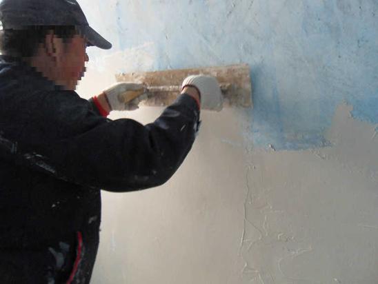 墙面刮腻子的工艺流程: 按基层不同施工: 混凝土墙面刮腻子工艺流程为:基层处理基层修补刷火碱水溶液涂粘结剂(汁浆)刮大白腻子修补打磨腻子成活。 混凝土楼板、楼板缝刮腻子工艺流程为:基层处理基层修补刷火碱水溶液涂粘结剂(汁浆、喷胶水)刮大白腻子修补打磨腻子成活。抹水泥砂浆、纸筋灰面层刮腻子工艺流程为:基层处理涂粘结剂(汁浆)刮大白腻子修补打磨腻子成活。 按工艺流程施工: 1、基层处理:现浇混凝土墙面,由于楼板、材料、隔离剂等多方面的原因,墙面平
