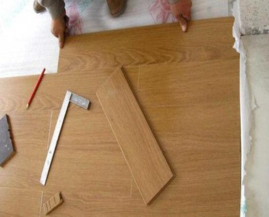 实木地板安装方法一:悬浮铺设法 特点 无污染;易于维修保养。地板不易起拱,不易发生片状变形,地板离缝,或局部示慎损坏,易于修补更换,即使搬家或意外泡水浸泡,拆除后,经干燥,地板依旧可铺设。 适用范围 悬浮铺设法适用于企口地板、双企口地板,各种连接件实木地板。一般应选择榫槽偏紧,底缝较小的地板。这种铺设方法优点很突出:铺设简单,工期大大缩短; 铺装方法 1、铺装地板的走向通常与房间行走方向相一致或根据用户要求,自左向右或自右向左逐徘依次铺装,凹槽向墙,地板与墙之间放入木楔,留足伸缩缝,干燥地区,地板又
