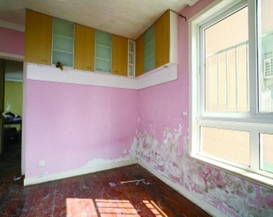 白墙或者裸墙局部起鼓或者轻微龟裂剥落的话,可以把出现问题的地方铲除,并将铲除部分的边缘磨平滑后,重新刮一次腻子,上底漆,再刷再涂,不过可能会跟原来的墙面有一点色差。    对基层做专业加固处理 对于局部剥落比较严重的情况,就有必要考量是否墙面基底根本没做好了。将原墙体铲除至墙面基层,用界面剂或者封固底漆重新涂刷一遍,再按照粉刷石膏找平、贴网格布(加固防裂)、批刮墙衬三遍后打磨平整,整个基层质量此时就会好很多。    直接滚刷面漆覆盖局部 如果是简单的掉色,一般建议采取滚刷的方式,覆盖新一轮底漆和相似的面漆