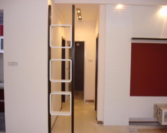 大门正对卫生间解决方法: 1、改变开门方向或移动位置,如果卫生间的墙壁为轻体墙,则可以拆除或改变门的方向或移动门的位置,使两者不至于直对; 2、做隐形门,将门做成推拉门,门要与墙面一致,在墙面上做些修饰,让门与墙融为一体; 3、卫生间的门上挂上竹帘或珠帘,作为遮挡,是风水上的解决方案; 4、放屏风,屏风适宜摆放在两门之间,根据户型不同摆放位置均不同; 5、卫生间的净化,卫生间要经常通风,但是卫生间的秽气不能往大厅里排; 6、卫生间门口摆放大叶植物,植物要圆叶,厚叶,有主干的植物; 7、在卫生间里摆一个水
