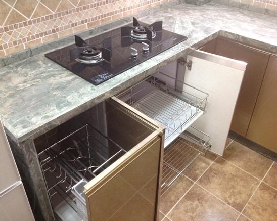 如何确定橱柜台面宽度? 橱柜台面宽度决定着厨房操作台的面积,也就是说可以摆放盘碟和各种厨房用品的面积都是与之相关的,如果想要更宽松地体验厨房生活,有更大的空间来摆放厨房用品的话,可以把宽度设度得宽一些,以增加平面操作区域的面积。不过它还是需要结合厨房本身大小来决定的,如果厨房本身面积较小,最好是稍缩减些台面的宽度,这样才有更大的容身空间。一般橱柜台面宽度是在500mm至650mm范围以内的,这是比较合理的宽度。 以上就是小编为您带来的 如何确定橱柜台面高度?如何确定橱柜台面宽度? 的全部内容,相信大家在