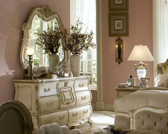 欧式梳妆台多是洁白光滑的烤漆台面