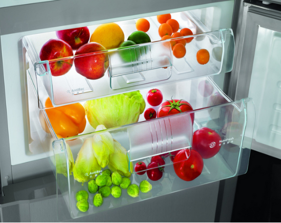 冰箱冷藏室有水如何解决? 1、平常使用冰箱的时候应该尽量减少冰箱开盖次数,这样冰箱冷藏室的冷气就不易挥发,充足的冷气能够充分的将食物的水分转化为冰,从而能有效避免冰箱冷藏室有水。 2、在使用冰箱的使用,如果有煮好的热食物需要冷冻,一定要等食物冷却后再放入冰箱,不使热空气凝结成冰,从而间接消融成水留在冷冻室。 3、如果是排水管道被堵塞了的话应该用细线疏浚冰箱冷藏室的排水孔。 4、如果这些方面使用了以后冰箱冷藏室依然会有漏水情况发生的话,那就应该找专门的维修师傅进行检修。 以上就是小编为您带来的 冰箱冷藏室