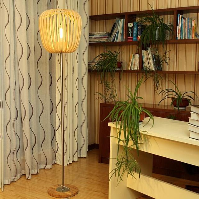 吊灯是用线杆、链或管等将灯具悬挂在顶棚上以作整体照明的灯具。大部分吊灯都带有灯罩。灯罩常用金属、玻璃、塑料或木制品等制作而成。由于灯具具有照明与艺术双重功能,因此大体分为装饰吊灯与功能吊灯两种。吊灯都有不同的题材和风格,均各具特色,光彩夺目。 吊灯可用来提供给例如餐桌这些特定区域更多的光亮。为了让人在起身时不会碰到头,吊灯应装在距离餐桌30厘米以上的位置。固定灯的直径应该是30厘米并小于桌子的宽度,且置于桌子的正上方。 为了防止意外发生,楼梯从上到下都应有照明,并且两端都有开关。天花板固定或内置式的照明设