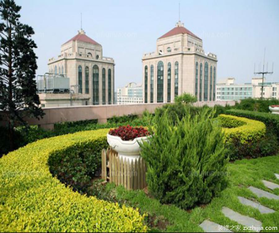 屋顶花园植物如何选择? 鉴于屋顶条件的特殊情况,所以其实生活中能够在屋顶种植的植物其实是很有限的。相比的情况下,屋顶花园植物还是以种植乡土植物为佳,这是因为乡土植物生命力强,对环境的适应性很高,所以在屋顶能够正常生长。其次,屋顶花园植物尽可能是小型的棺木或者小乔木为佳,植物抗旱性强,根系浅,耐寒且易管理。另外,屋顶风势较大,最好不要种植高大的植物。 屋顶是一个非常特殊的地方,这里的生态条件是比较恶劣的,其中的日照、温度和风力都与地面是完全不同的,而且随着楼层层数的不断增加,屋顶的生态环境只会越加恶劣。屋
