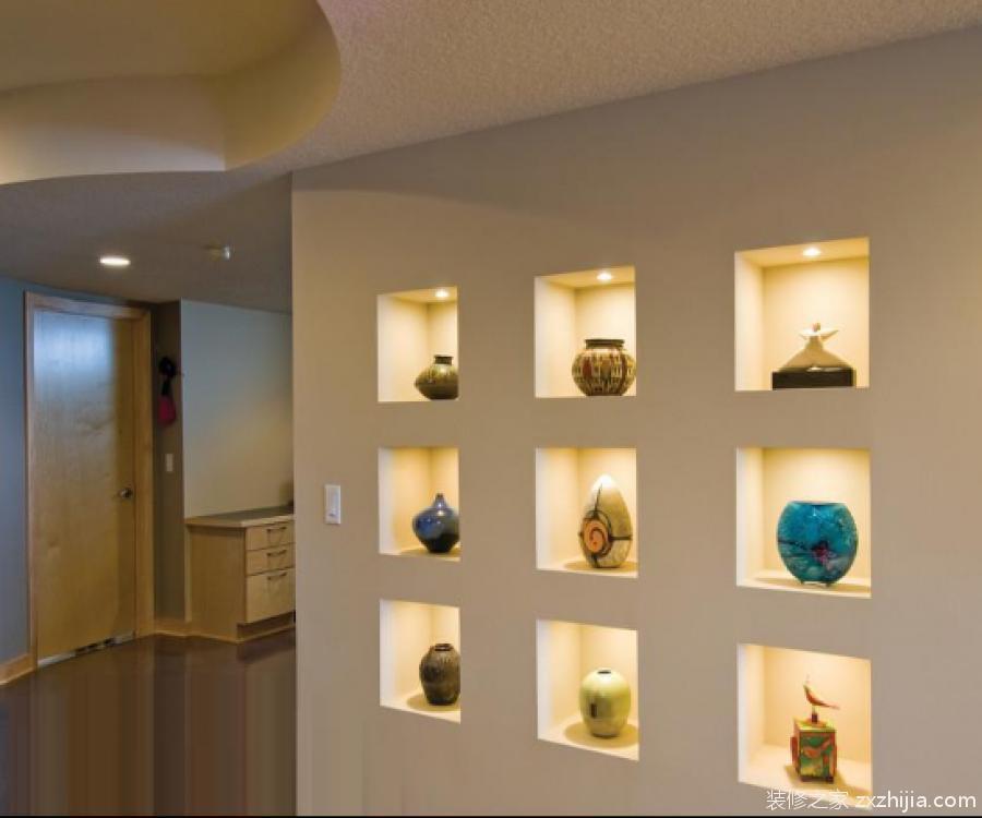 壁龛是什么? 壁龛,是个比较新颖的家居装修名词,是一个把硬装修和软装饰巧妙相结合的设计理念。可以理解为安置在墙壁内的小阁子,也可以当做墙上的龛穴。壁龛具有扩大室内空间的功能,这是因为凹入墙面的壁龛使人的视觉得以延伸。