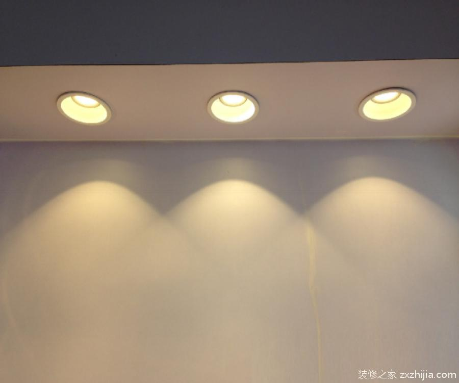 筒灯安装方法4,把筒灯推入吊顶开孔处