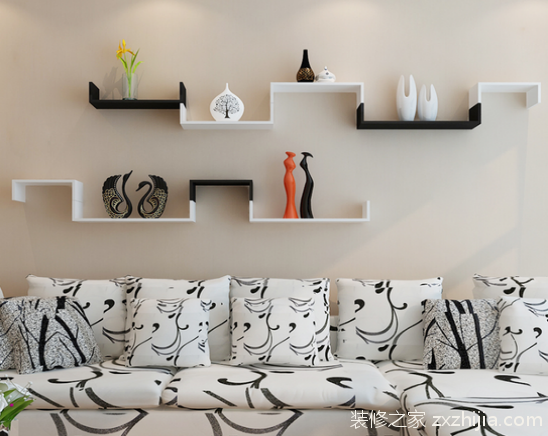 墙上置物架安装原则: 1、风格统一:虽然置物架站的空间不大,但是它的位置很突出,所以的置物架的风格一定要与整个空间的设计风格统一,突兀出来的话就不好看了。 2、方便实用:如果是要使用置物架来放置厨房杂物的话,那置物架毫无疑问需要安置在厨房,并且是便于取放的地方。 3、不繁杂:本来户型晓得空间因为堆放物品略多,所以在视觉上来看,选择简洁的颜色清爽的单一的置物架较好。而且安置的地方也要注意不要堆满整个视觉空间,留一点白,能造成一定的视觉差。