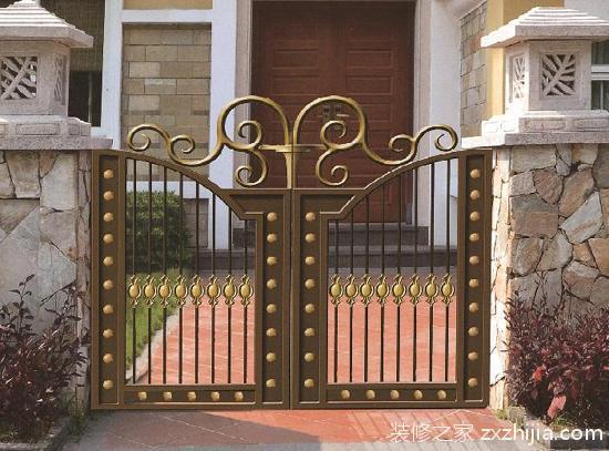 对于那些带有围墙与大门的房子来说
