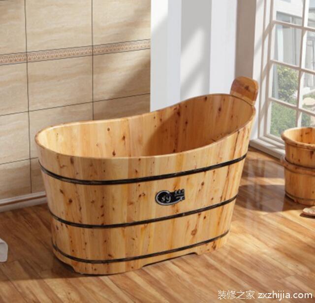 1、家用的木桶浴缸,常见的尺寸是:长度在一米三到一米五之间;宽度大概在65厘米左右;至于木桶浴缸的高度,一般是65厘米到75厘米之间。这样的尺寸是我们常见的,根据顾客的特殊要求,木桶浴缸是可以定做的。可以根据人的身高来制作,比如身高在170-175厘米左右的,一般使用1.