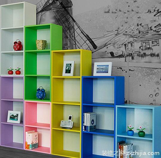 1、除了书柜、书桌之外,书架也是重点。可以在书架上摆放近段时间使用频繁的书籍和材料,也可以摆放孩子喜欢的玩具和小摆件,让书柜书桌不那么死板严肃,增添一些儿童乐趣,装饰实用两不误。 2、采用优质的实木,在经过实木的花纹与镂空以及花边的设计让整体书桌书柜的设计更显出了自然的俏皮可爱。大隔板的设计,增加了储物的位置,花边型的边条,则显得俏皮可爱,书架顶部的镂空设计,则更具个性,十分讨人喜欢。 3、跳蚤市场,淘宝店都可以淘到之前被废弃的古旧书架。买一个这样的书架放在孩子的书房,马上增添怀旧的感觉。 4、可以考虑