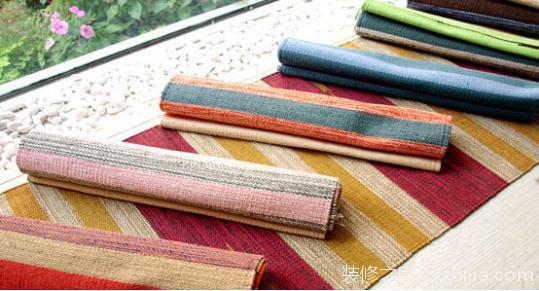 手工编织地毯具体方法与步骤: 第一步:先用四块木板做个编织架(或者用呼啦圈做架子),在每一块木板上钉二十二个钉子,根据木板长度以及需要做的编织地毯大小可以做出调整。 第二步:布置第一层线,把自己喜欢的颜色选出来,在木板上来回拉线,根据不同的毛线,定不同的股数,一般十四股即可。 第三步:按照第二步步骤布置第二层线,注意颜色排布与第一层线相同,拉完线后效果如下图。 第四步:第三层线也是如第二步一样,不过因为是在底层,所以线的颜色可以随意,到时候不会看到。 第五步:继续拉第四层,与第三层一样。 第六步:利用毛