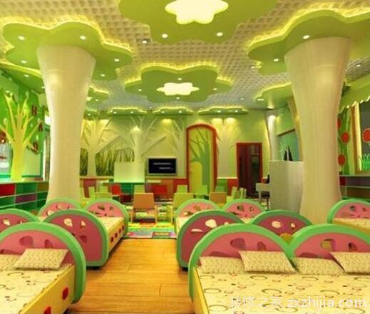 室内色彩设计上,根据小班幼儿情绪不稳易受环境影响