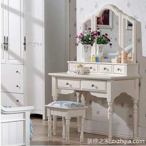 当然欧式梳妆台搭配着欧式衣柜让整个卧房也显得更加