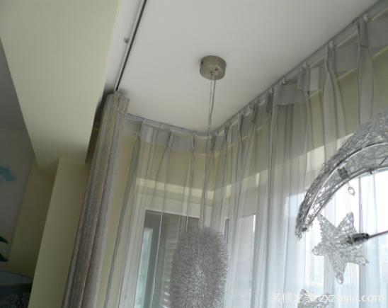 窗帘滑道的种类介绍: 目前市场上的窗帘滑道种类还是比较多的,不过主要还是分为窗帘明轨和窗帘暗轨这两种。其中安装明轨的人家比较的多,而这个明轨也就是罗马轨和装饰轨的统称,按其材质来分又可以分为有铝合金明轨,实木明轨和钢管明轨三大类。而暗轨则是我们常说的纳米轨道。其实现在还有一种新型的窗帘轨道,它的上部设计就好像一把保护伞,能够避免灰尘的累积,非常的特别,不过很多少看见。 窗帘滑道如何安装? 1、画线定位。考虑到固定的牢固性,避免固定件的间距过大承受不住拉力,先测量所需安装轨道的尺寸,然后计算固定孔距,一般