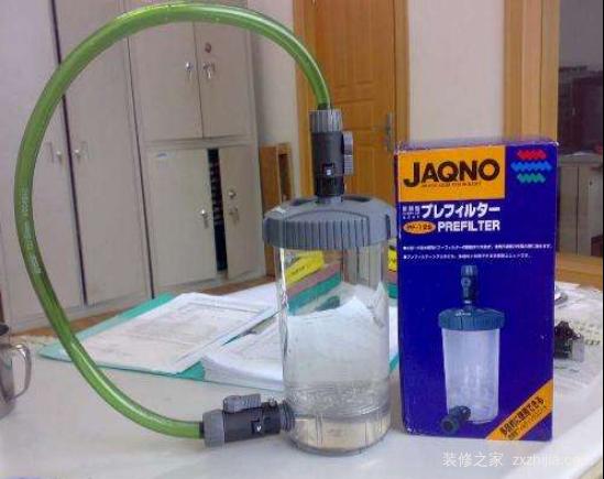4、安排水泵和进水出水管件;水泵安排在主缸内;进水管直经过议定滤器底部;出水管略低于水面,对角出水; 5、用玻璃条把过滤槽部分根据需求分成3-4部分,粘牢后放入篦子;鼻子可用有机玻璃制作,孔径年夜小和格栅雷同;篦子是可以拆卸的,不要沾在玻璃条或过滤器内;最下面一层在水泵进水管上面,最上面一层要低于溢流玻璃,预留空间可安排过滤棉; 6、从下到上依次把玻璃环、生化球、活性炭、过滤棉安排好;鱼缸运行时,最高水位不得超出玻璃环上部篦子,最低水位不得少于玻璃环底部篦子;平常要注意查看,及时添加水,防备烧泵; 7、