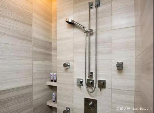 电路主要是考虑照明,热水器,洗衣机等电器的预留接线口,卫生间里最好