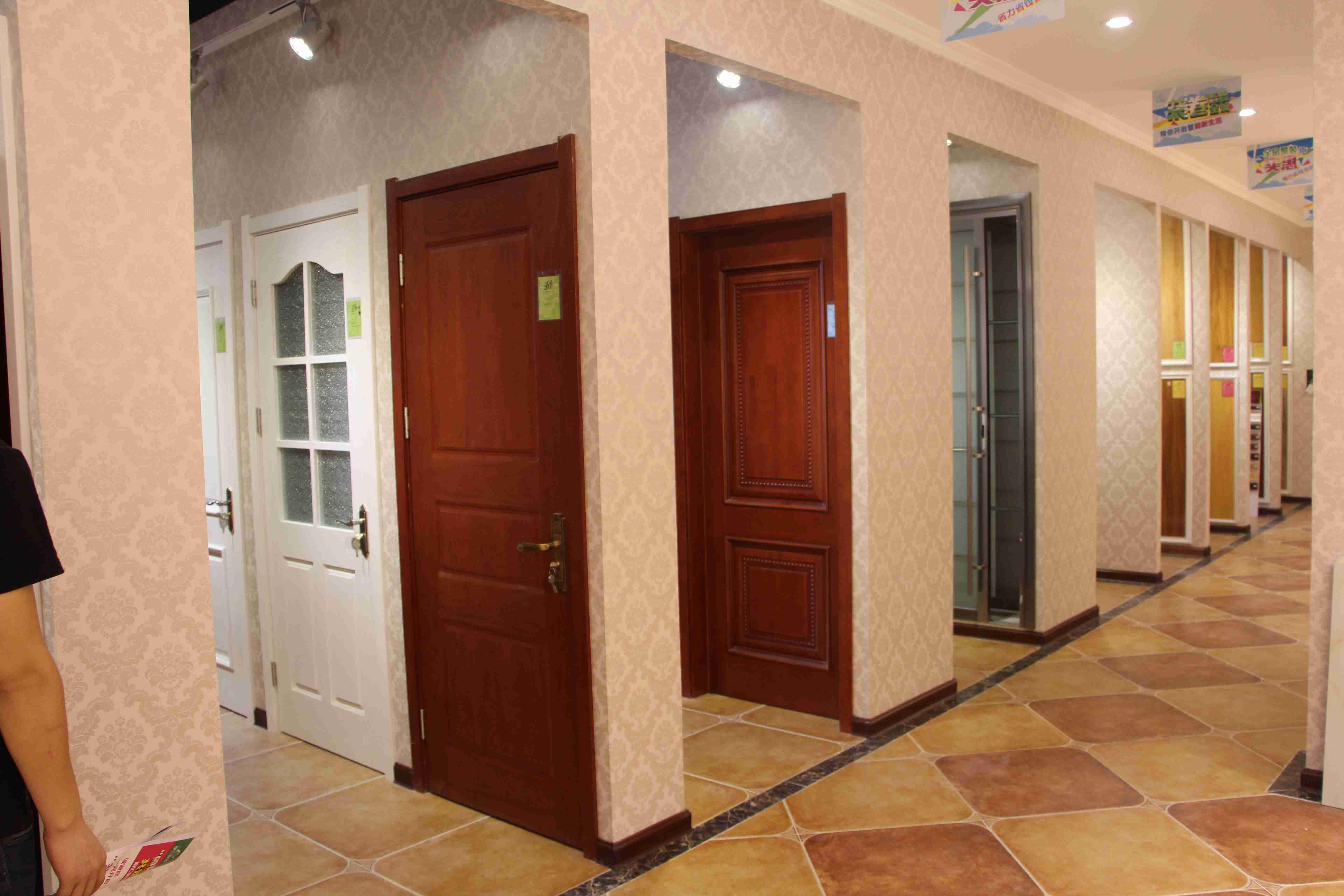 装修工艺流程一:开工交底后动工之前需要做的工作 1、敲击墙地面是否空鼓,如空鼓要求开发商铲除重做; 2、厨房、卫生间、阳台、露台做闭水实验,如漏水要督促开发商整改; 3、连接冷热水管,打开总阀并逐个打开堵头,看是否通水; 4、保护所有成品(如防盗门、可视电话门铃、成品厨卫、煤气表等等)保护; 5、仔细检查强弱电路是否通畅,地漏、下水是否通顺; 6、仔细查看墙体梁柱是否歪斜等等。 装修工艺流程二:改造打墙工艺 1、先用切割机将需拆除部分切割一下再打,不可使用大锤,以免震动太大影响到不拆除的墙面; 2、先用小