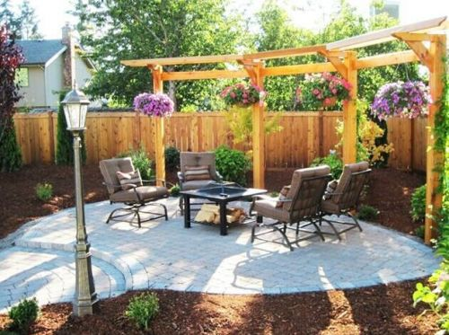 阳光宽敞的花园装饰