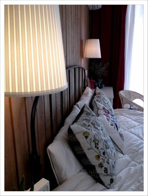 白色的简约卧室床头装修