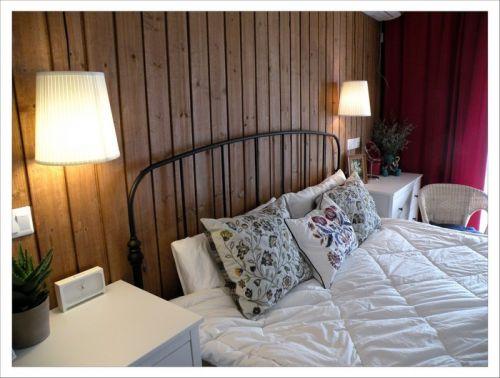 白色的卧室床头装修