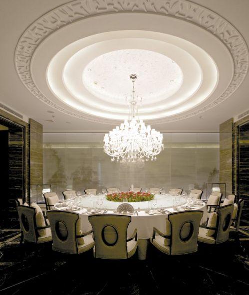 白色的欧式吊顶餐厅设计