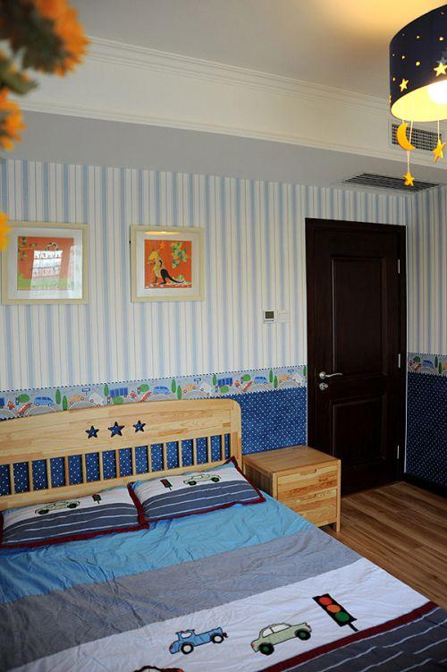 蓝色条纹温馨简约可爱儿童房装潢设计