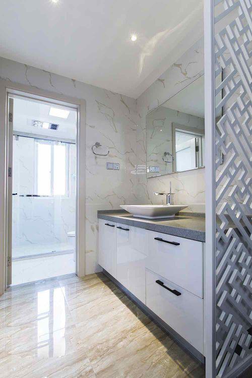 简约白色卫生间装饰效果图