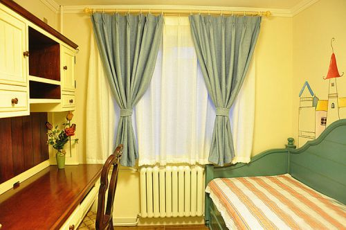 配上蓝色的窗帘,有木有点小清新。