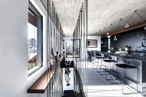 黑色钢吊索楼梯现代温馨厨房装修效果图
