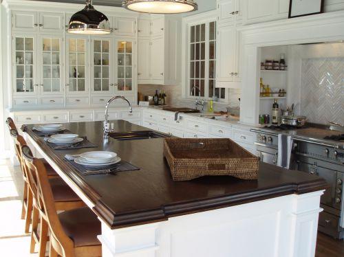 现代风格白色带吧台开放式厨房装修效果图