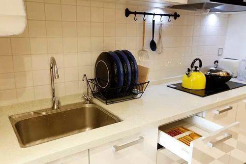 现代简约一居室厨房瓷砖装修效果图