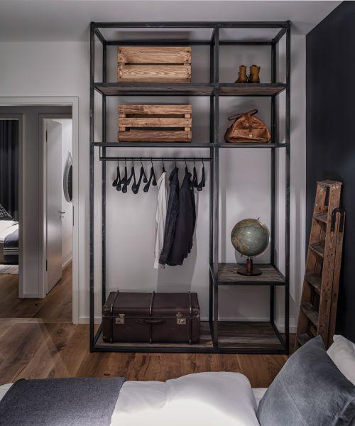 现代简约黑色卧室储物架装修设计