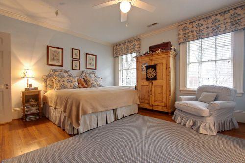 原木色别墅欧式风格卧室空间装修实景图