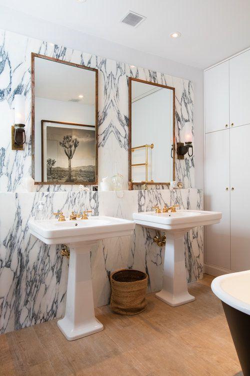 现代风格轻奢卫生间大理石背景墙图片