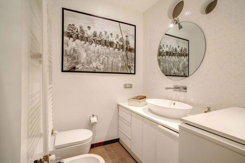 气质白色现代风格卫生间装修图片