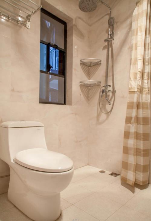 现代简约四居室卫生间瓷砖装修效果图大全
