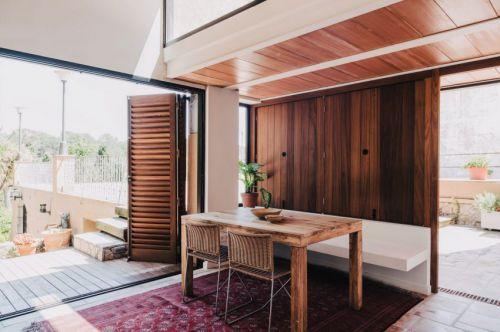 现代风格休闲原木色餐厅装修实景图