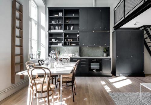 现代风格开放式餐厨区黑色橱柜装修图