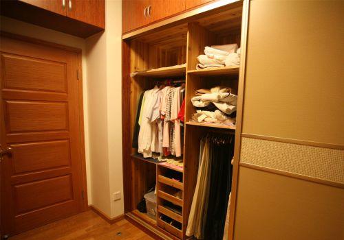 现代风格原木衣柜衣帽间装修效果图