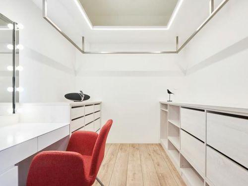 现代简约三居室衣帽间储物柜装修效果图