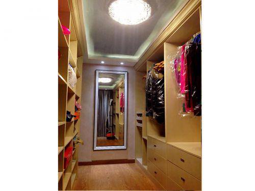 现代简约三居室衣帽间屏风储物柜装修效果图欣赏