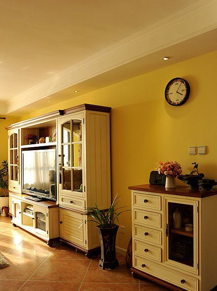 简欧风格温馨黄色客厅橱柜装潢